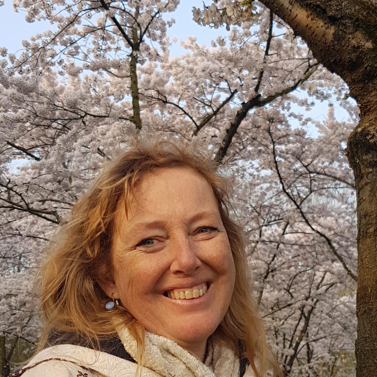 Marga onder bloesemboom